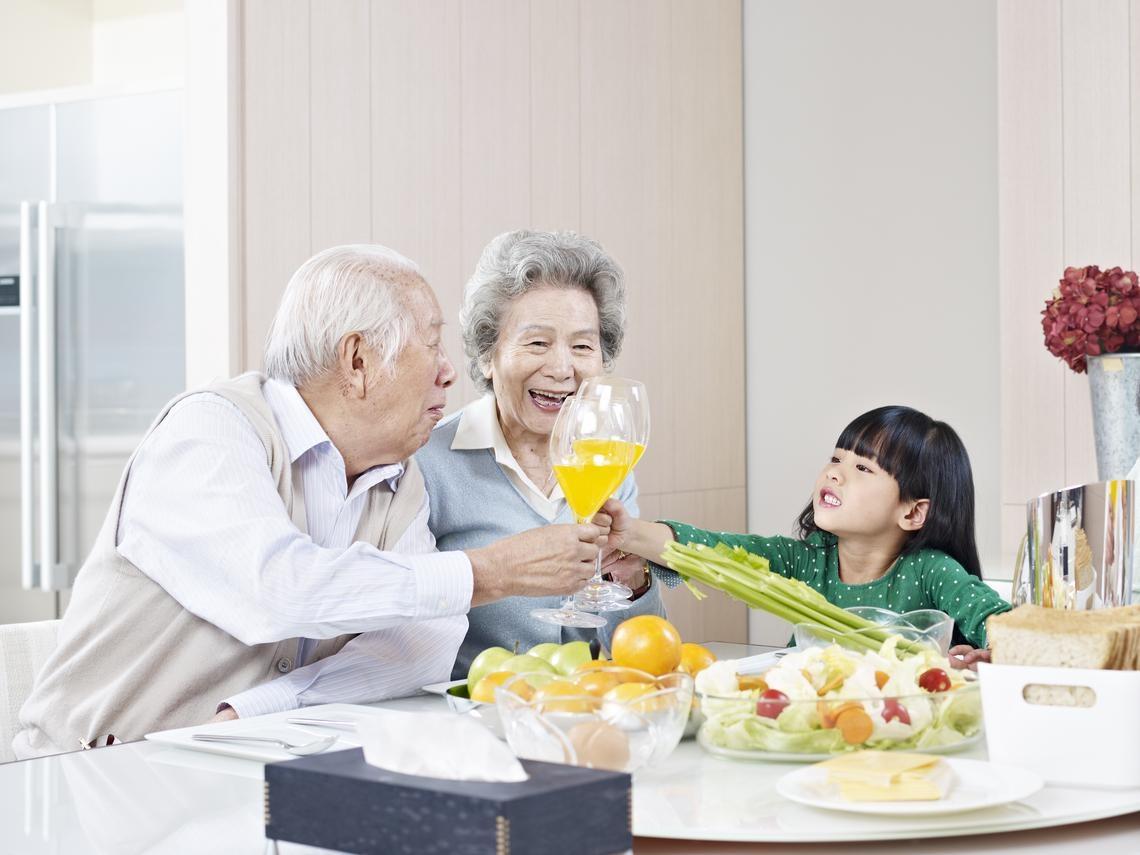 80歲老翁感嘆孫子們太忙,逢年過節才見得到...一位醫師的智慧:陪吃飯1千,不帶手機2千!