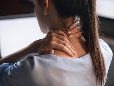 肌肉痠痛、下背痛甚至落枕!物理治療師給3招,300秒就能舒緩、預防肩頸僵硬