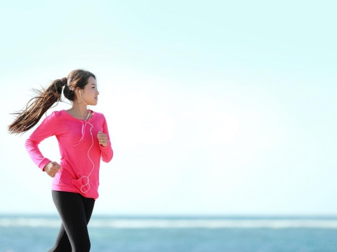 比起健美線條,中年後更需著重「功能肌力」訓練!對抗肌少症,4種居家運動最有效