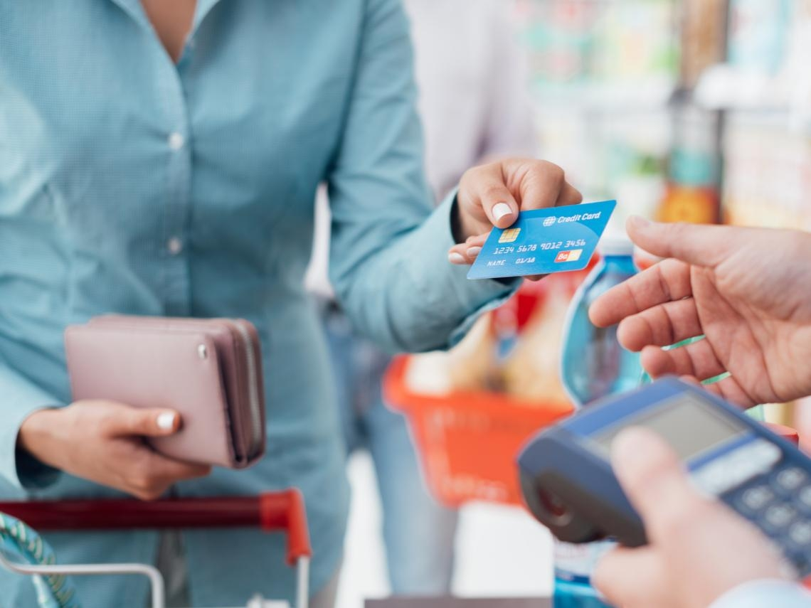 為什麼你不該隨便辦賣場百貨的「聯名卡」?銀行不會告訴你的信用卡公開祕密
