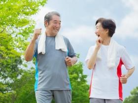 退休後,用雙腳走遍世界!醫師教你3招,強化關節肌肉、練出好腿力