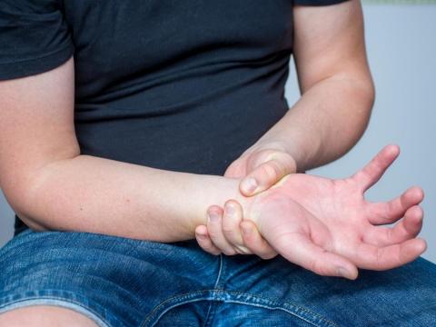 頭痛、頸部痠痛還手麻無力,是頸椎間盤突出壓迫!醫:3步驟治療預防,不一定要開刀