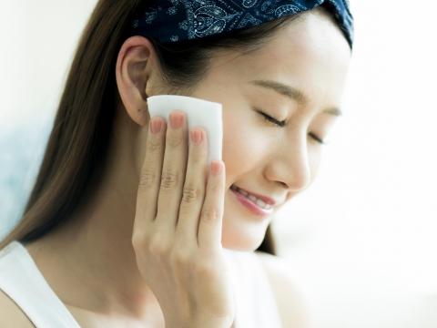 卸妝,是慢慢享受生活的過程!熟齡化妝師:5招正確卸妝,讓皮膚舒心自然又放鬆