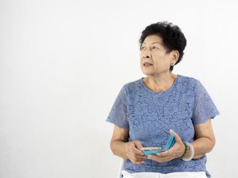 65歲母想給女兒500萬買房,又怕晚年手頭緊!千萬別把錢一次給,這樣做能更心安