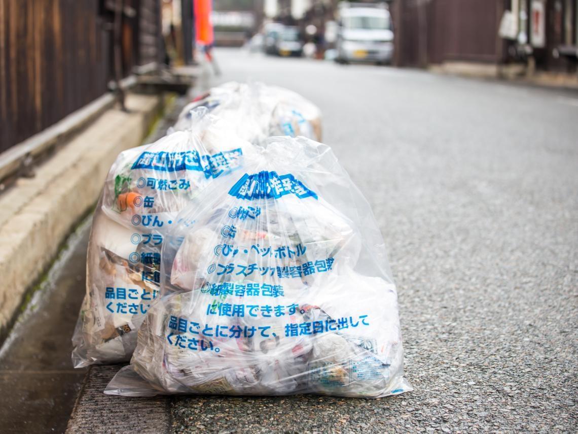 為何有錢人很少零食垃圾?清潔隊員從收垃圾中觀察:一般人無法致富的關鍵