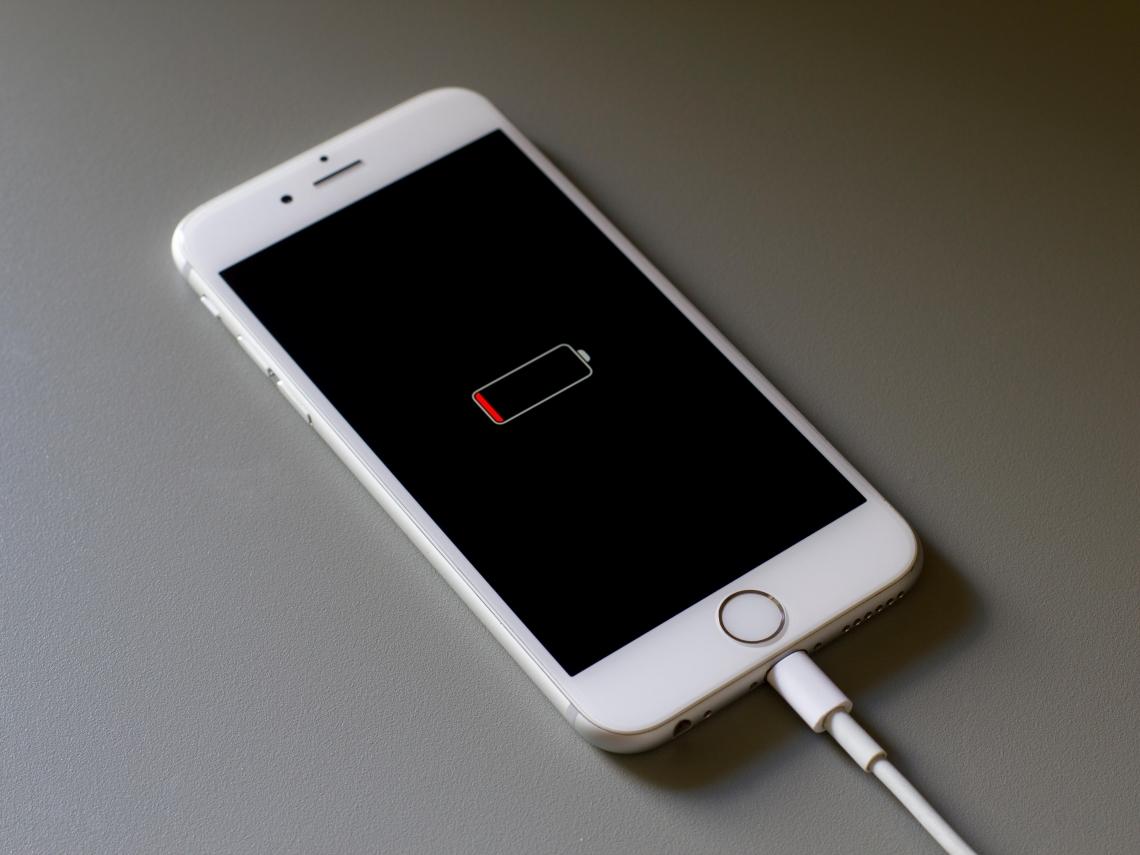 手機電量掉太兇?達人揭3大壞習慣… 害iPhone「電池健康度」降超快!