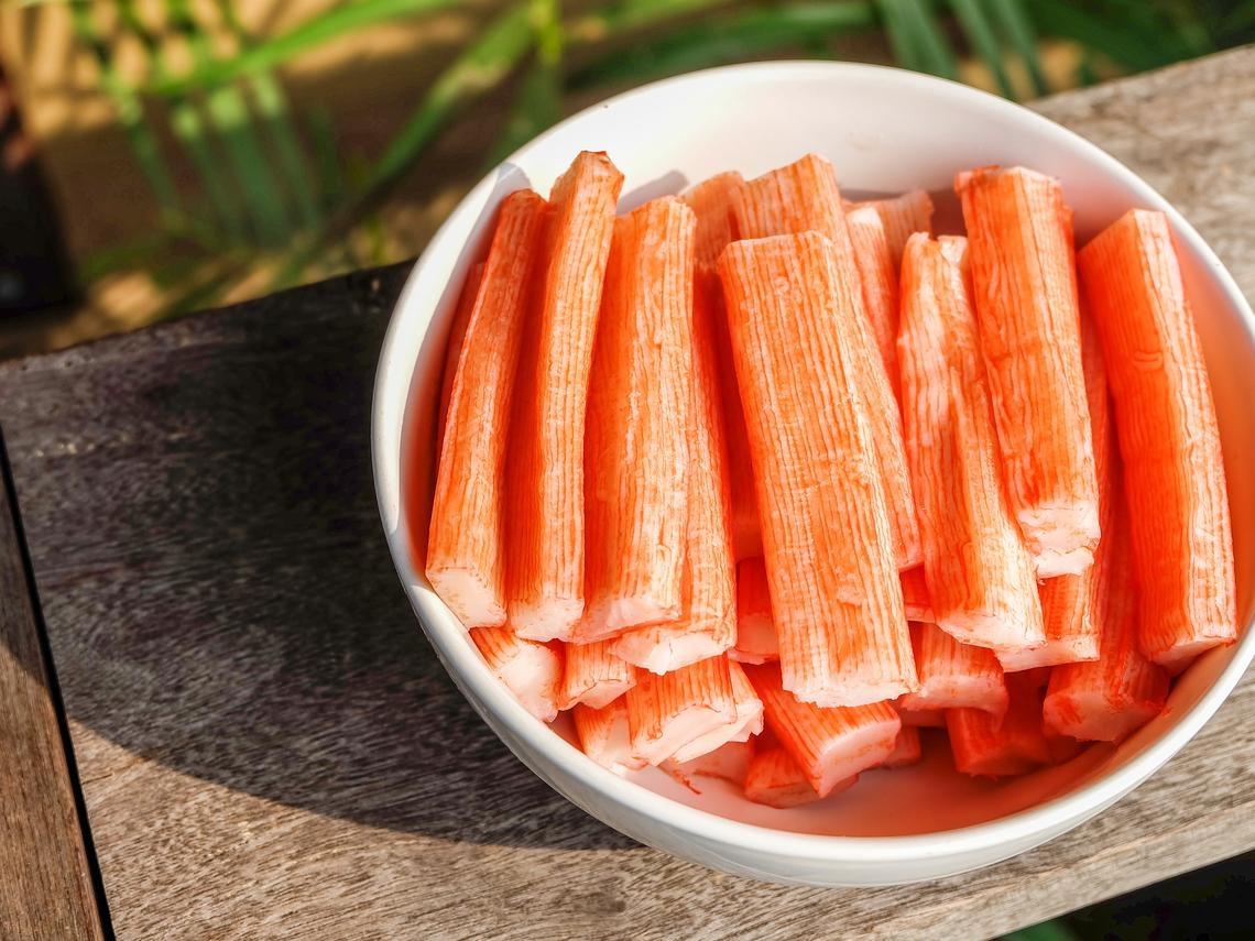 吃火鍋少不了蟹肉棒,外層塑膠套該不該脫掉?專家給答案,讓你多一分保護