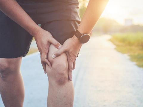上下樓膝蓋痛、蹲站也會疼,是退化性膝關節炎!別急著開刀,中醫3種治療能紓緩