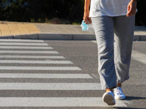 腳軟走路不穩、手麻,頸椎退化找上門!醫:神經壓迫年輕化,拖著不管嚴重恐肢體無力