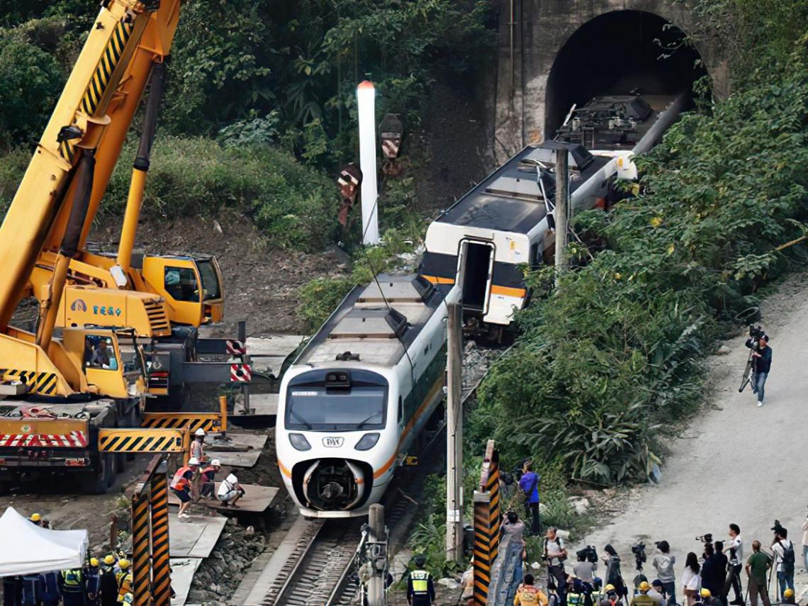 火車鐵軌有障礙物怎麼示警?這支台鐵「救命電話」要記得 一撥通...列車就會急停