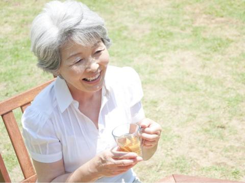 她結婚27年後離開有錢渣夫,50歲再嫁豪門!「女人最怕在愛情裡,活成寵物模樣」