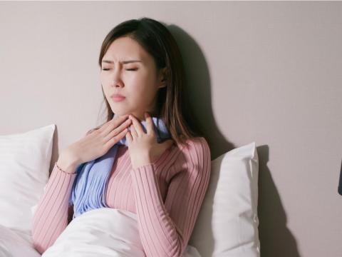 喉嚨卡卡、吞嚥有異物感,是胃食道逆流或「甲狀腺腫瘤」?醫:2個檢查就能釐清