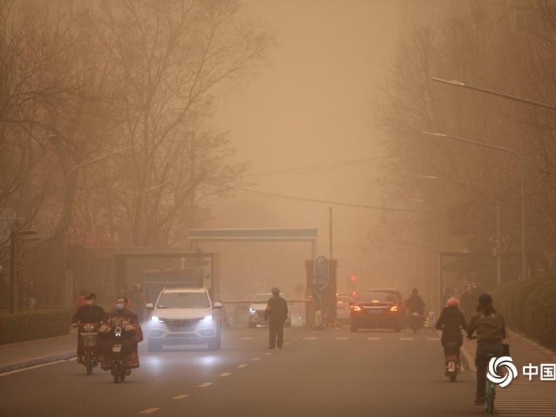 北京沙塵暴驚悚畫面!外送員秒變「兵馬俑」、7分鐘淹沒內蒙 鄭明典曝「抵台」時間