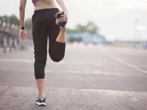 中年後的腳底痛,是退化導致足底筋膜炎!白雁教這動作舒緩腳筋、減輕撕裂痛