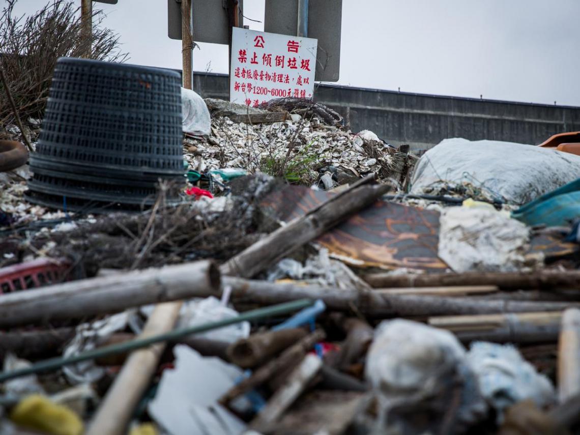 422世界地球日》直擊台灣海洋垃圾危機…這些「巧克力球」不斷毒殺我們的大海 政府每年花17億清海廢卻治標不治本