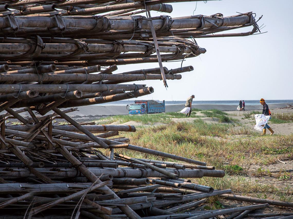 漁廢解方》養蚵保麗龍在海上漂、漁網卡住海龜 不讓漁具變海底千年垃圾 地方政府這樣出招自救