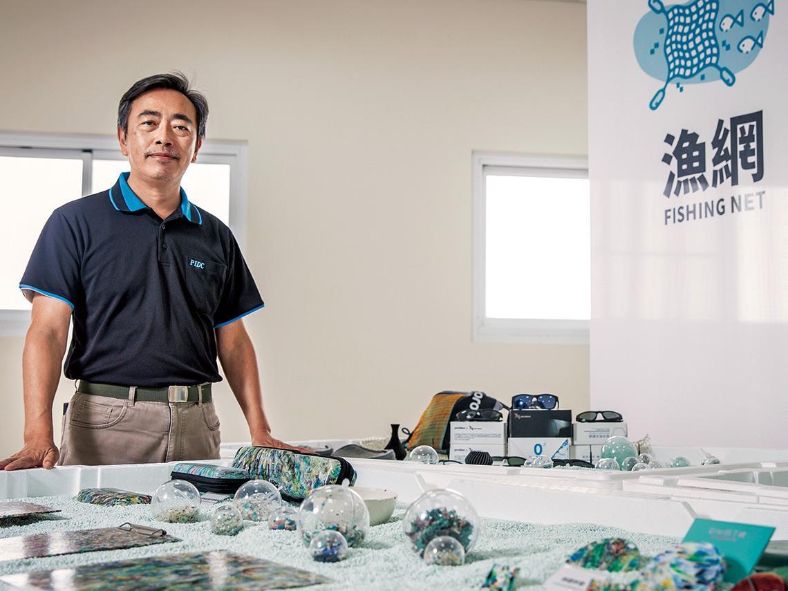 產業應用》 從回收到再製 媒合原料廠與品牌商 串出一個循環經濟生態系統 塑膠中心的海廢變商機魔法
