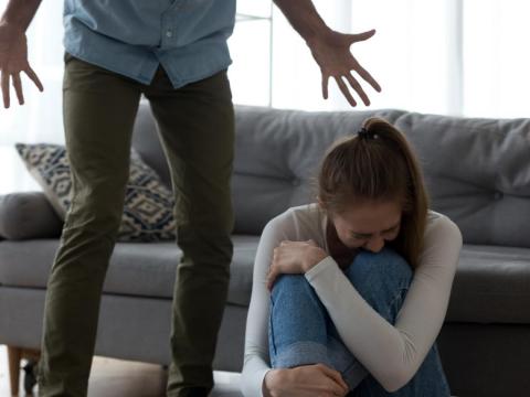 老公每天惡言霸凌我,要為女兒忍著不離婚?別讓悲劇延續下一代,準備蒐證離婚吧