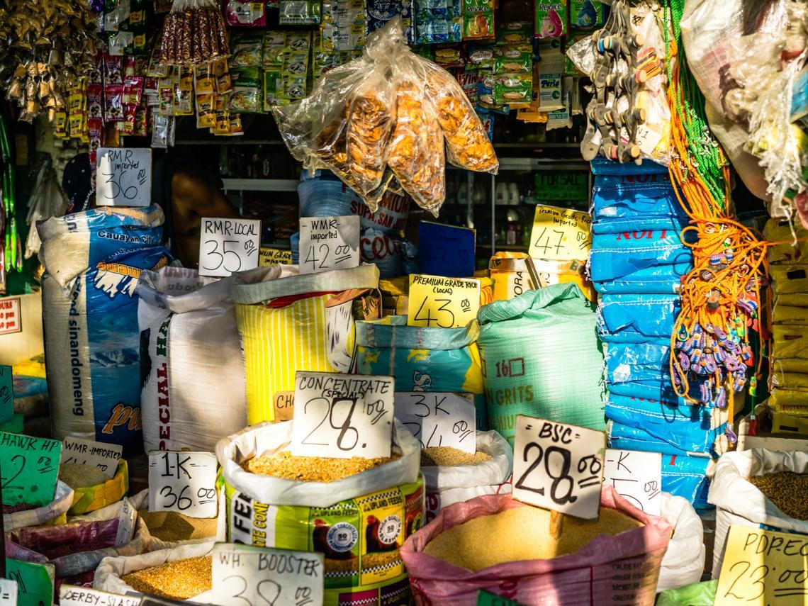 從洋芋片到洗衣精,菲律賓超市裡為什麼一堆「超小包裝」?原來背後原因有點心酸