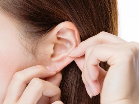 掏耳朵發現棉花棒有血絲,竟是外耳道癌!醫師提醒:出現5症狀,應儘速就醫