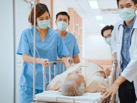 病床全滿,病患瀕死「只剩戶外太陽下能插管」醫曝殘酷實境:急診篩檢被塞爆別再來!