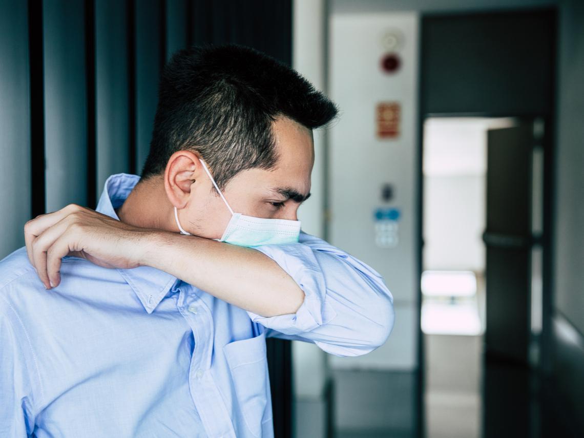 「喉嚨痛又咳嗽,難道我感染了嗎...」醫師告訴你:如何分辨,過敏、感冒還是新冠肺炎?