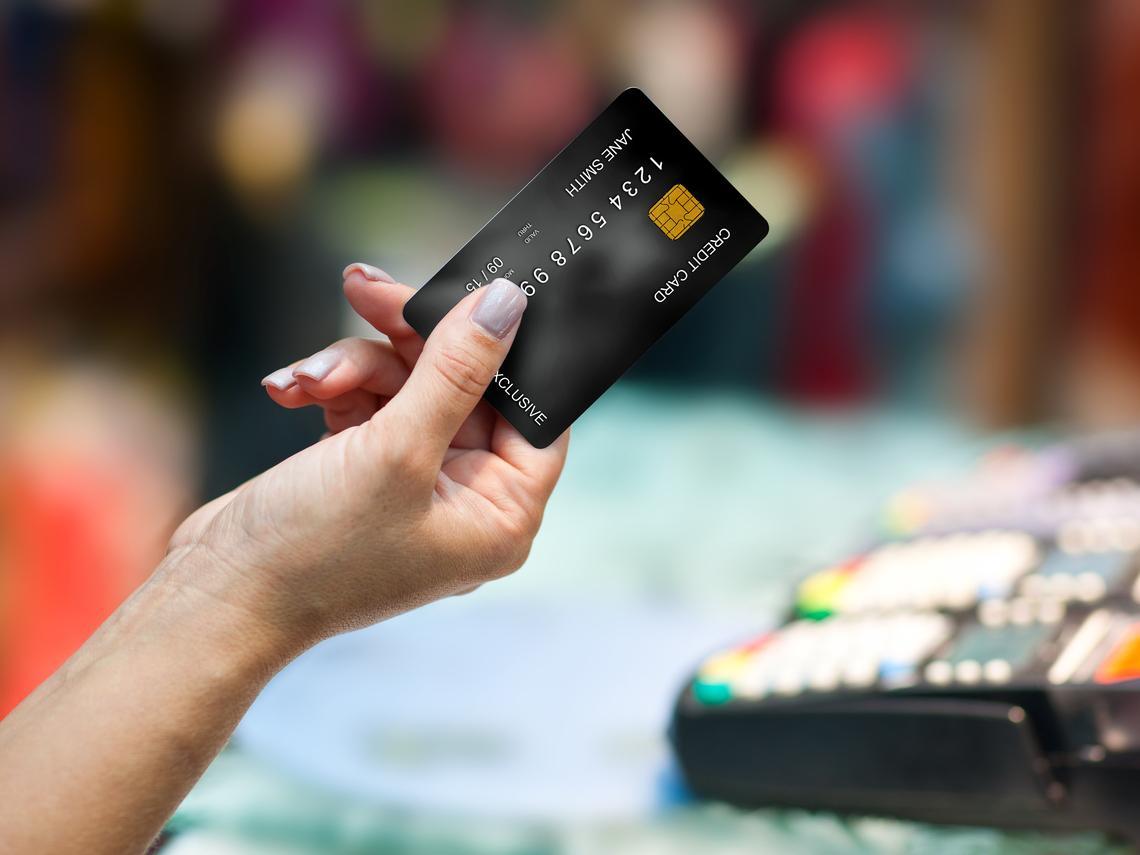寧願不刷,也不要隨便剪卡!理財達人告訴你:為什麼信用卡至少要有2張,額度越高越好