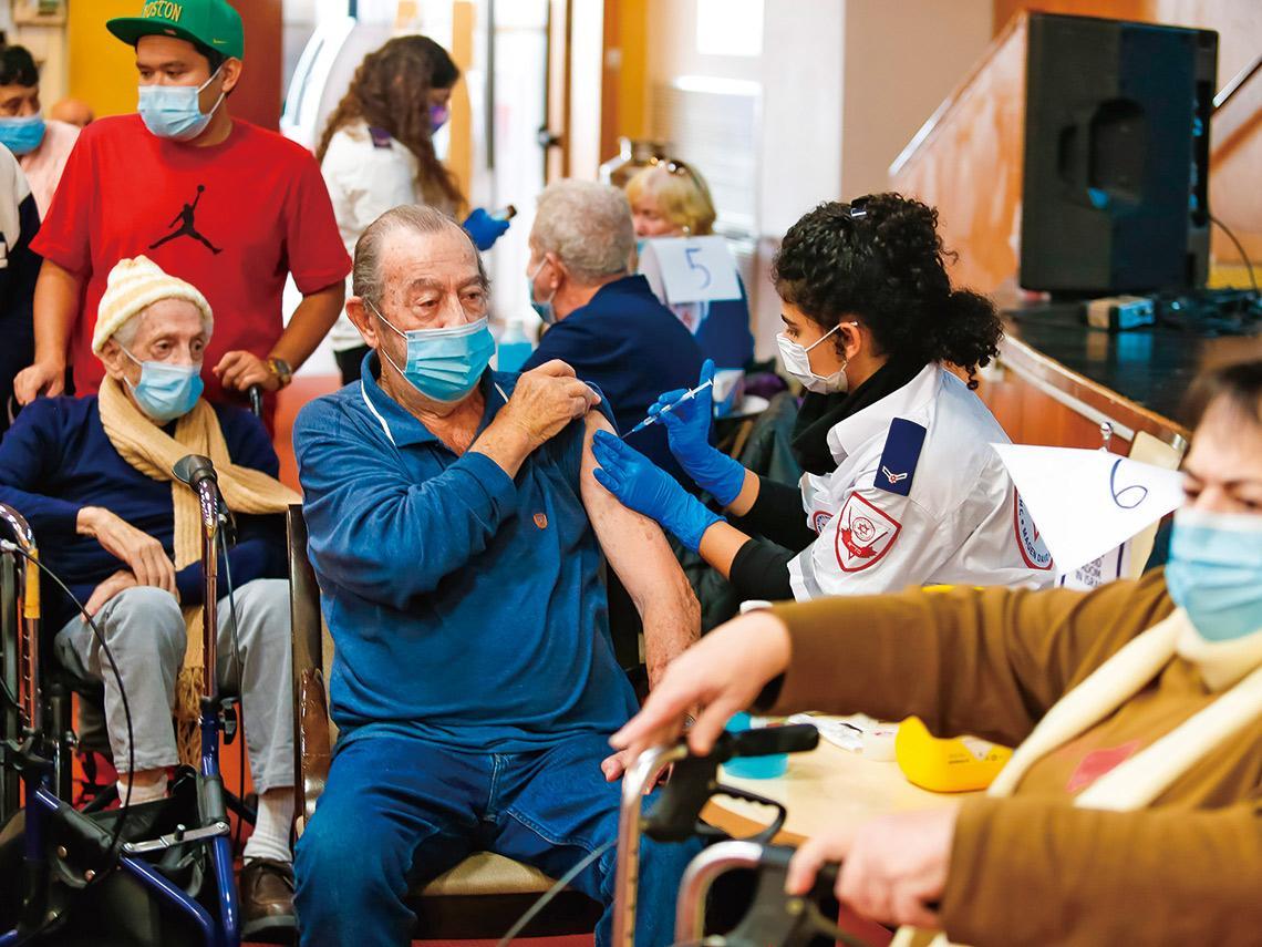借鏡國際經驗》專訪以色列衛生部司長拆解疫苗接種戰略 總理30通電話「纏」出疫苗 從每日確診七千到全解封