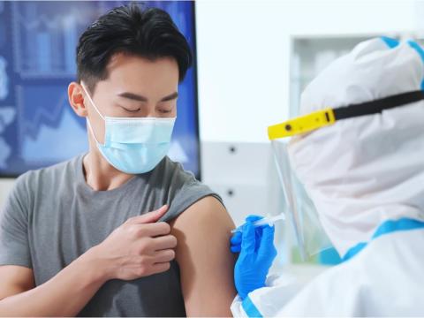 他打疫苗卻血栓,急籌70萬保住命!一表秒懂各家「疫苗險理賠」差異,花小錢保安心