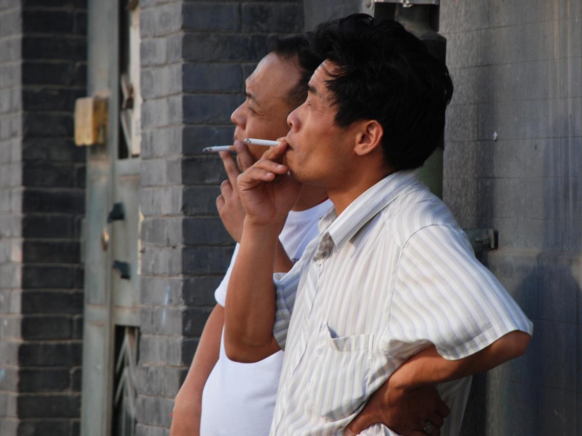 快遠離!專家曝:新冠病毒會隨「二手菸」傳染 擴散距離1.8公尺↑  吸菸者死亡率多50%