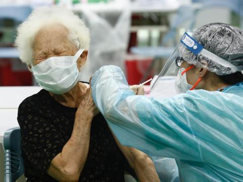 Delta變種病毒超毒,擦肩而過「14秒」就感染!專家:這2款疫苗保護力逾9成