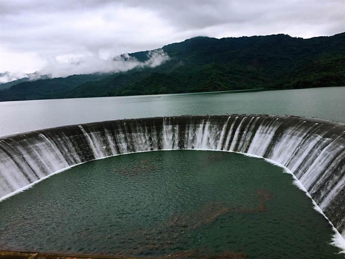 奇蹟!30天前見底 這水庫如今滿水位 放水畫面超震撼