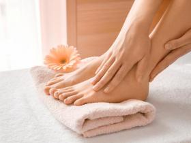 每天5分鐘,不再踩地就腳痛!睡前5步驟前後腳拉一拉,改善足底筋膜炎