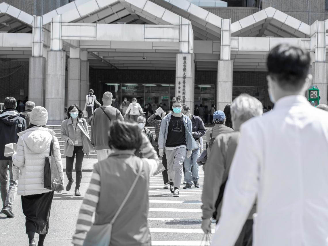 台大醫院遭爆「混顧」害多名病患確診、員工隔離 張上淳:策略不理想要檢討