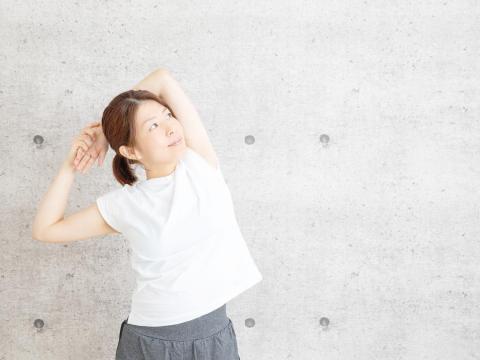 五十肩併發多,恐慢性發炎、纖維化!「躺姿」肩膀這樣轉一轉,改善背痛、肩膀僵硬