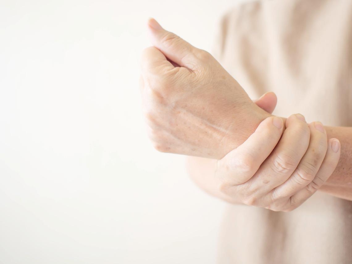 中年後,手腕疼痛、腕道症候群最常見!左右手臂轉一轉5步驟改善最有力