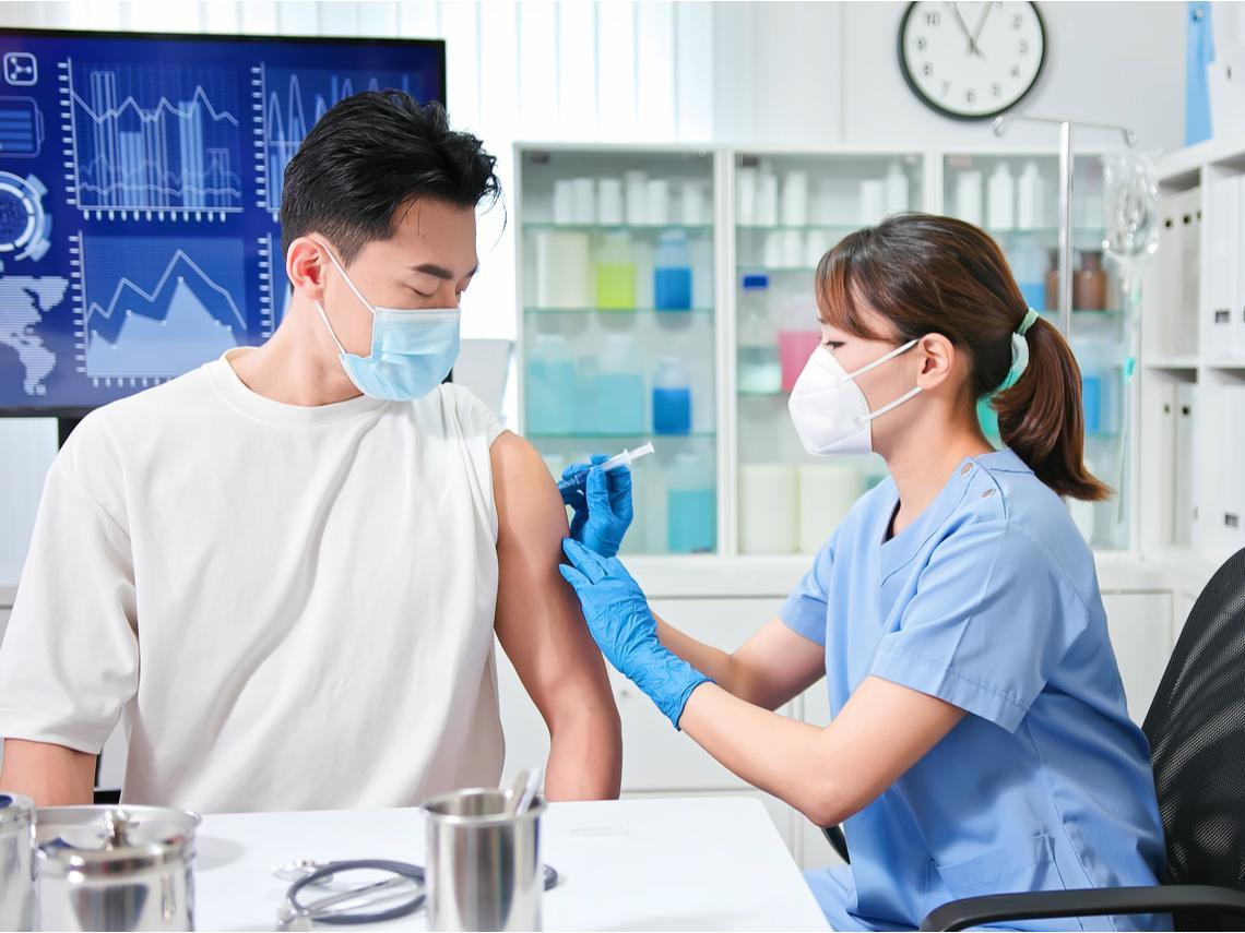 50歲以上7/16開打疫苗,AZ為主、莫德納「等此時」!常見肌肉酸痛學1招緩解