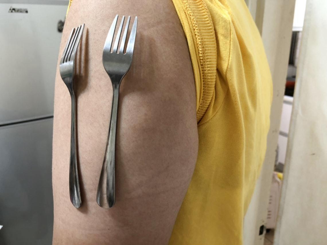 打完莫德納疫苗,手臂就能吸湯匙、黏刀叉...自帶磁性?重症醫師:「萬磁王」10年前就有,主要還是2成因