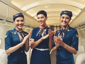 三位大男生靦腆站起來往商務艙移動,全機乘客熱烈鼓掌…林志潔:「對代表國家的人應給予最高榮耀」