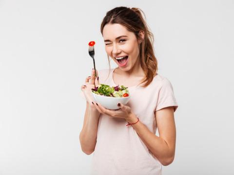 發燒、全身疲憊的「疫苗認證」年輕人體質,怎麼吃恢復體力?營養師推這3種食物最棒