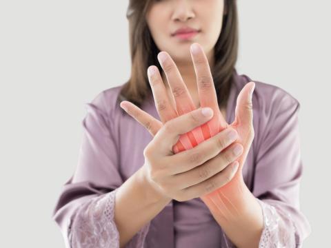 手腕酸痛、手指麻,長期會變慢性炎症!跟著白雁3分鐘「活腕」,舒緩腫脹疼痛感