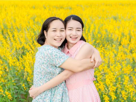 媽媽最愛追著花季跑,卻被失智症困在家!女兒不妥協幫她找回微笑、生命再次神采飛揚