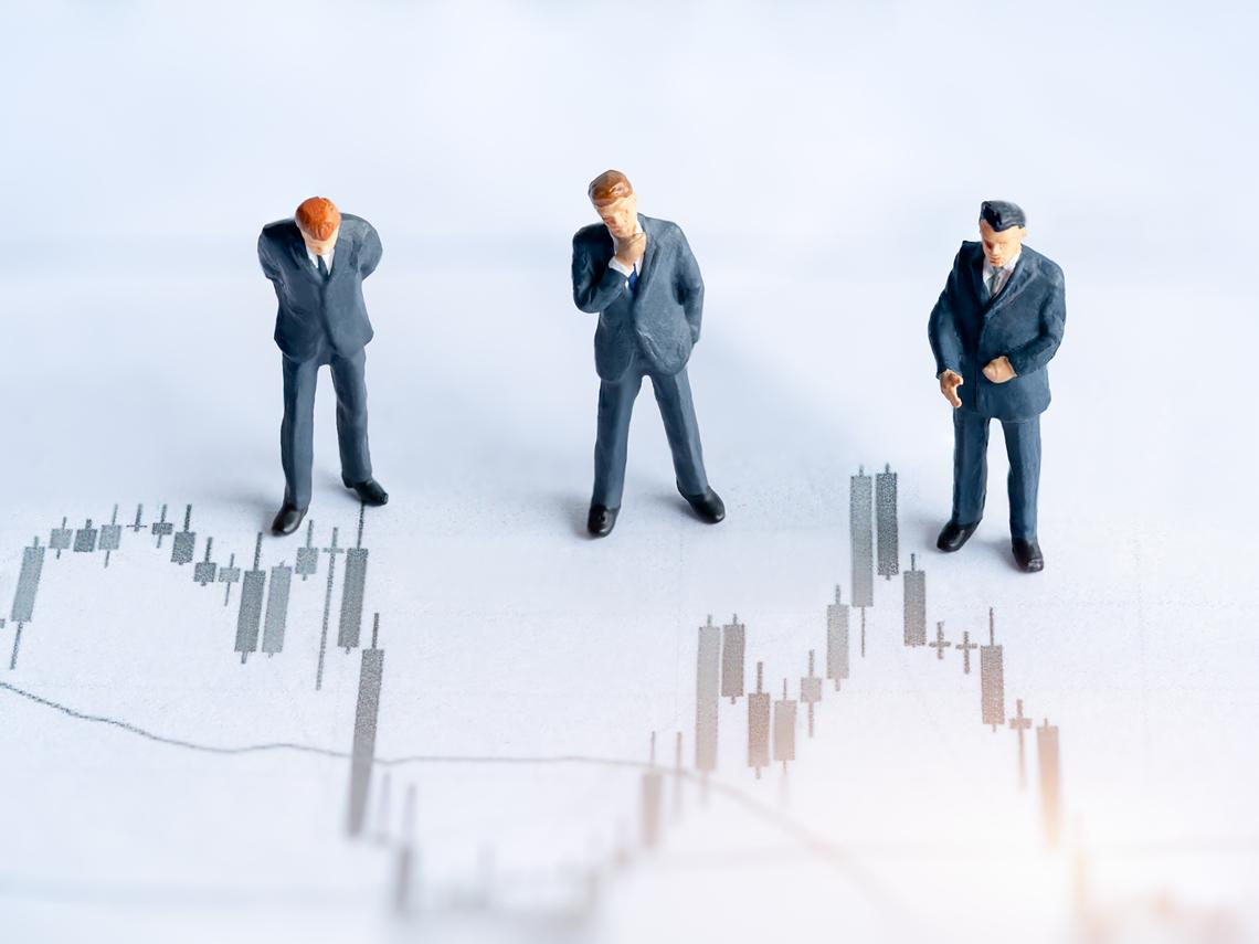 跟著大戶進場撿便宜!近20天(23XX)股價跌18%...3檔股票大股東正默默吃貨,股價越跌買越多