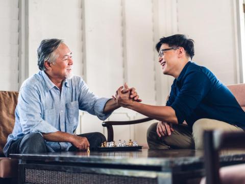 80多歲老父親開刀暫失能,姊弟倆搶著照護:你出力我出錢,就用自己的方式孝順他!