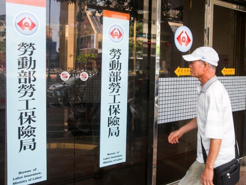 55歲想提早退休,領勞保年金要減20%!勞保局教一招每月多領「4000退休金」