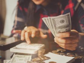 存到錢就還房貸、連買車都付現金...一個契機讓她翻轉「無債一身輕」觀念,5年提早滾出千萬退休金