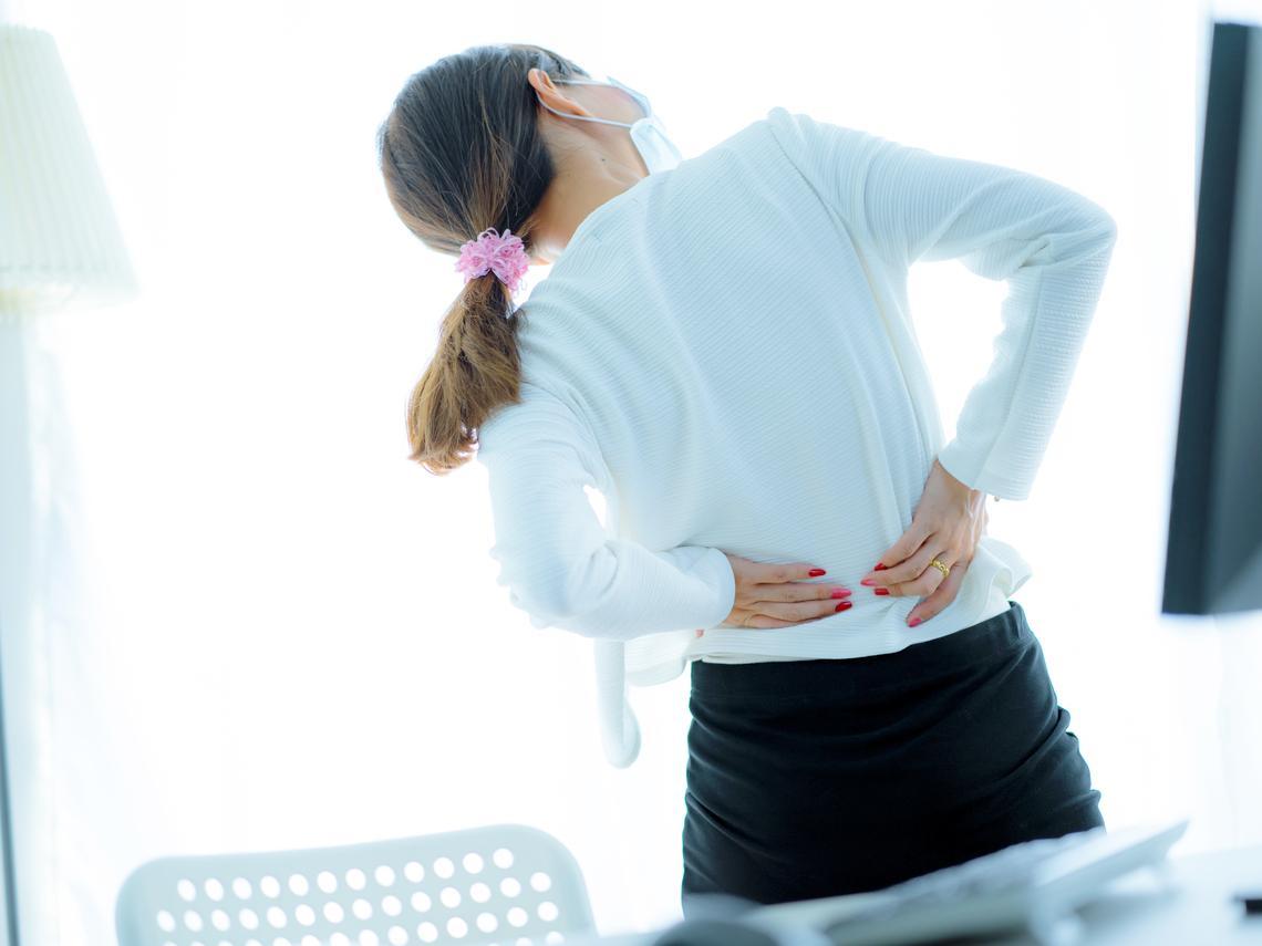 60多歲突然背部劇痛,竟是脊椎骨骨折!當心骨質疏鬆3警訊,以免骨折害性命