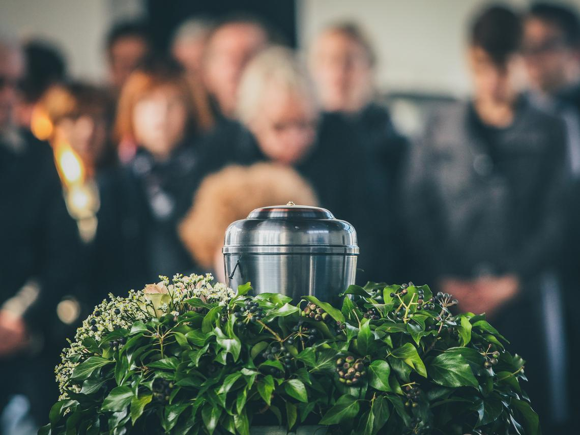 第一次看到家屬用乖乖桶裝骨灰還很驚訝,現在已習以為常...火葬場技工:說到底就只是個容器