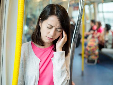 女性易偏頭痛,腦門眼窩都抽痛!週吞止痛藥2天以上會更惡化,醫:3招降發作次數