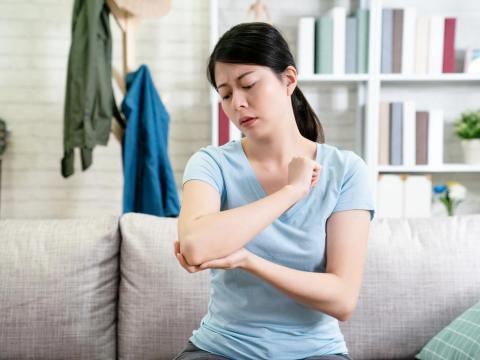 秋天早晚溫差大,關節炎症狀易變更嚴重!陳炯瑜醫師分享3招緩解疼痛這樣做